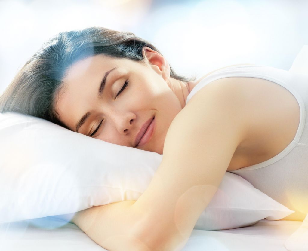 Женщина спит на подушке  Blue Sleep