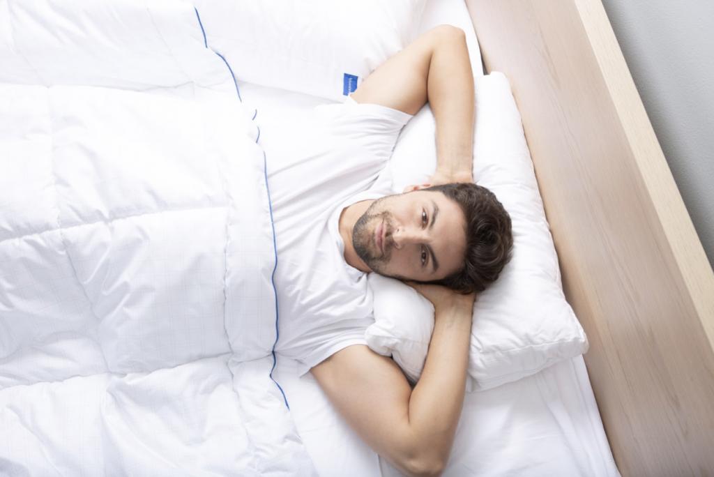 Мужчина в постели Blue Sleep