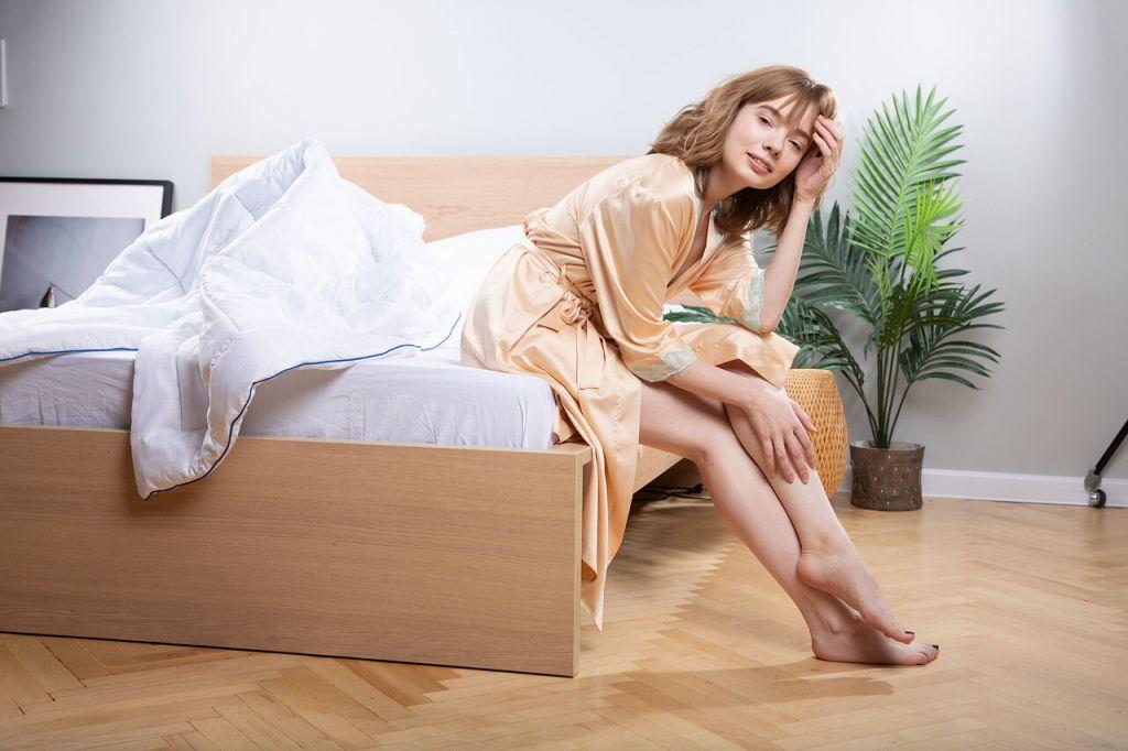 Женщина на кровати Blue Sleep